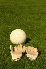 Fußball und Handschuhe