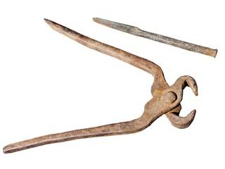 Старинные клещи и зубило