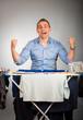 mann mit wäsche jubelnd 2