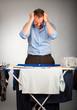 Mann mit wäsche verzweifelt