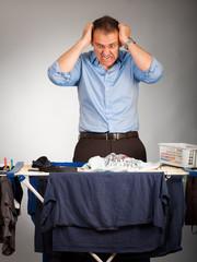 Mann mit wäsche verzweifelt 2