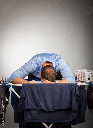 mann mit wäsche lustlos 2