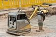 Ein Sandrüttler und ein Stampfer auf einer Baustelle