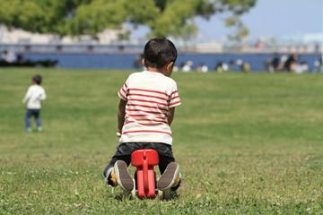 乗りもので遊ぶ幼児(3歳児)