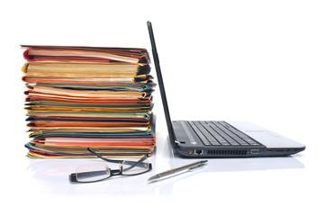 Viel Arbeit - Akten und Laptop