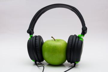 Apfel mit Kopfhörer