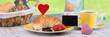 frühstück mit coissant und konfitüre