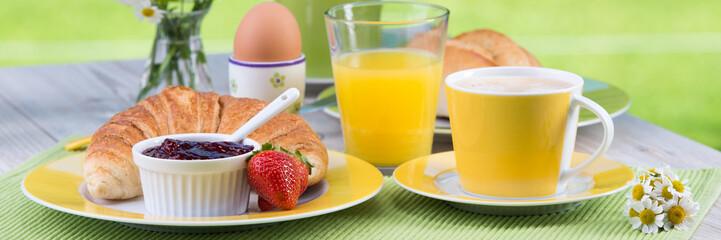frühstück mit croissant und konfitüre