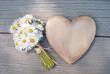 Herz und Gänseblümchen