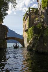 barca sotto il ponte sul lago di Como