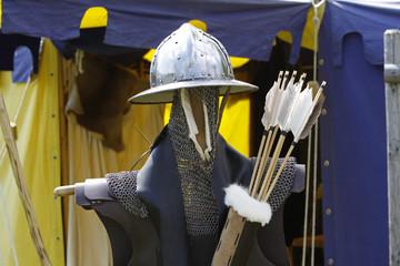 Kettenhemd, Helm und Pfeilköcher