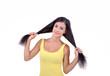 девушка в жёлтом платьи и держится за волосы, белый фон