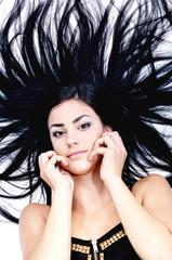 девушка лежит с распущенными чёрными волосами, портрет