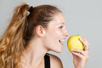 ragazza che mangia la mela