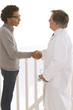 Médecin - Poignée de main avec le  patient
