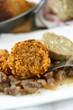 Nussbraten auf Pilzsauce mit Serviettenknödel