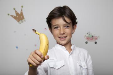 Niño con plátano
