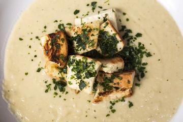 Zuppa di zucchine e ceci con crostini e prezzemolo