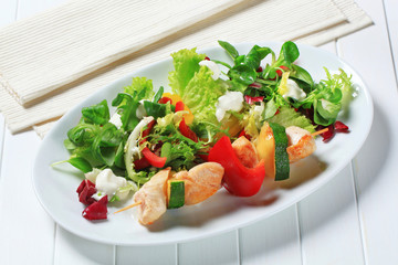 Chicken skewer with salad mix