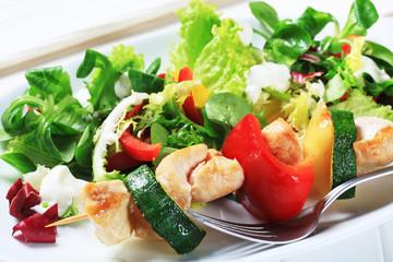 Chicken skewer with salad mix