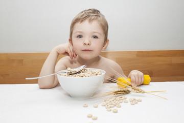 Junge beim Frühstücken