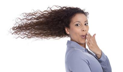 Gesicht einer jungen Frau mit wehenden Haaren isoliert