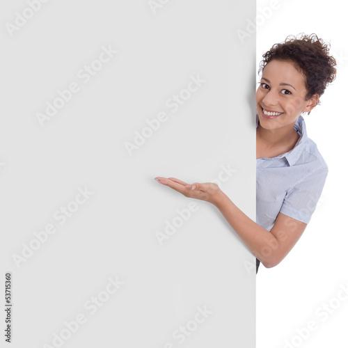Frau mit einem Werbeschild - Präsentation - lachend, isoliert