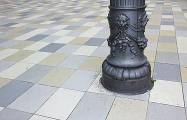 historische Säule auf buntem Mosaikpflaster
