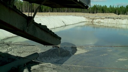 Used drilling mud flows into the oil sludge pit.