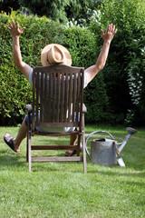 Gärtner sonnt und entspannt sich im Liegestuhl