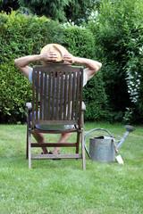 Gärtner entspannt im Grünen in seinem Liegestuhl