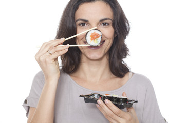 Frau laechelt mit Sushi