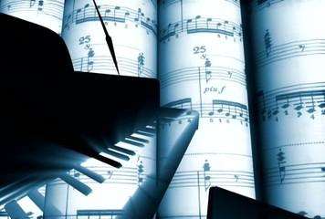 рояль на фоне нот