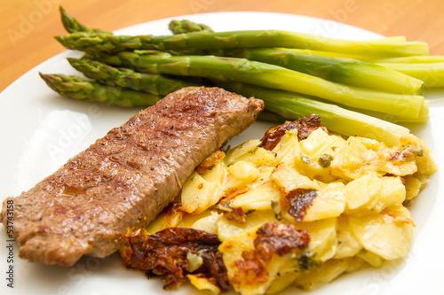 Lammlachse mit Kartoffelgratin und grüner Spargel