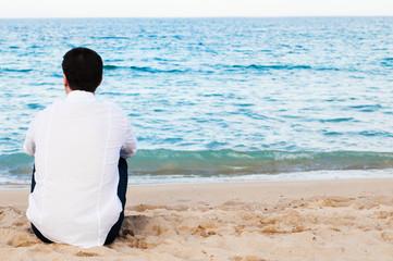 Uomo di spalle in riva al mare