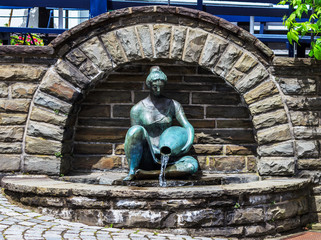 Frauenskulptur am Brunnen in Freudenberg