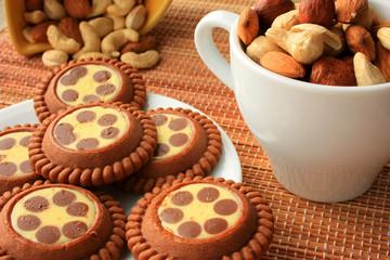 Шоколадное печенье и орехи на столе