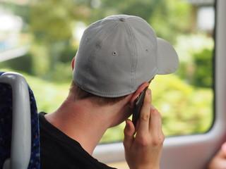 Jugendlicher telefoniert mit Handy