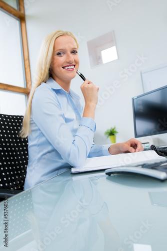 angestellte an ihrem arbeitsplatz