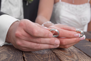 Eheringe - Hände von Braut und Bräutigam - Trauringe