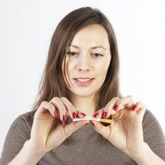 Frau hört mit Rauchen auf