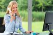 freundliche geschäftsfrau telefoniert