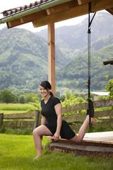 junge Frau macht Oberschenkel Übung