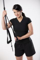 junge sportliche Frau trainiert mit Suspension Trainingsgerät