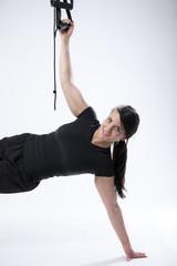 Frau macht Bizepstraining mit eigenem Körpergewicht