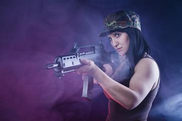 Frau mit Gewehr im Anschlag