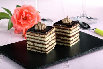dessert dolce di cioccolato e biscotto su pietra nera