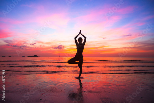 Obraz w ramie Silhouette woman yoga practice at the seaside at sunset.
