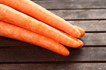 Möhren, Karotten auf Holz