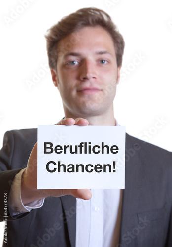Mann im Anzug mit Karte BERUFLICHE CHANCEN